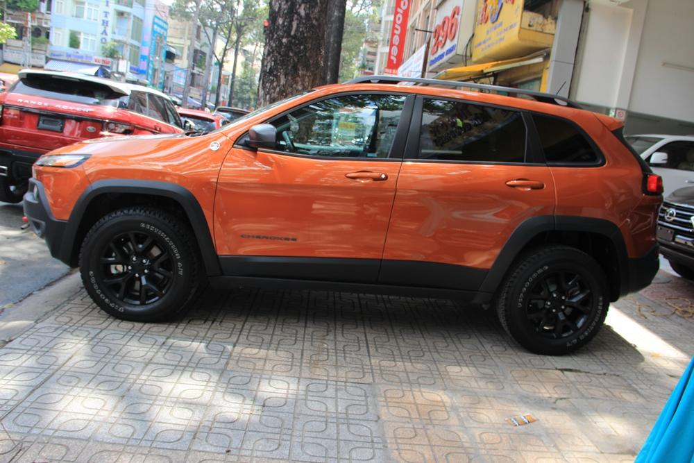 Ngoại thất của chiếc Jeep Cherokee Trailhawk thuộc sở hữu của đại gia Duy Lợi mang màu cam với điểm nhấn là sọc đen cỡ lớn giữa nắp capô, cùng với đó là cản va trước/sau và bộ la-zăng cũng được sơn đen đối lập với ngoại thất.