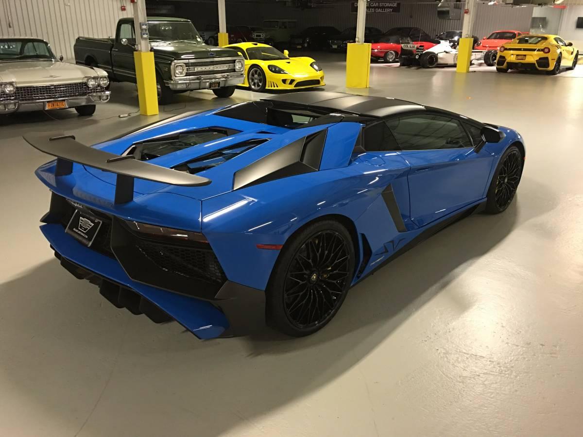 Có thể thấy, chiếc siêu xe này có màu ngoại thất tương tự Lamborghini Aventador LP750-4 SV Coupe đã cập bến Việt Nam vào đầu tháng 7 vừa qua. Điểm khác biệt là chiếc siêu xe tại Mỹ được trang bị mui cứng 2 mảnh làm từ sợi carbon có thể tháo rời bằng tay.