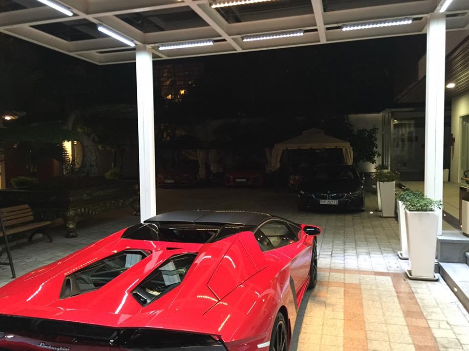 Lamborghini Aventador LP700-4 mui trần đọ dáng cùng chiếc xe thể thao tiền tỷ BMW i8, phía xa là BMW 650i mui trần, Audi R8 V10 Plus và Bentley Continental GT Speed.