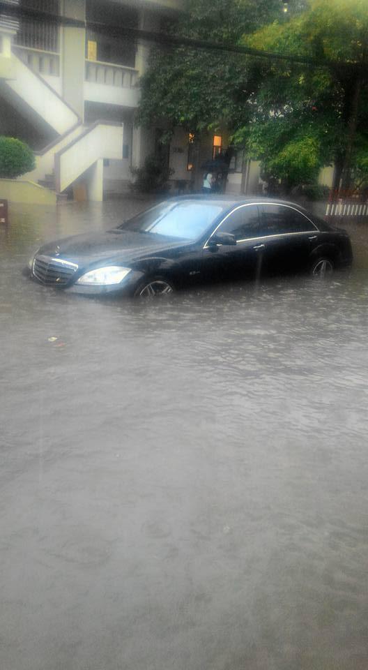 Mercedes S63 AMG chết đuối tại khu vực Cầu Giấy, Hà Nội. Ảnh: Đình Tài.