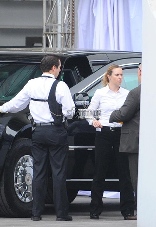 Nữ mật vụ cầm lái 1 trong 2 chiếc Cadillac One của Tổng thống Barack Obama trong chuyến thăm Việt Nam vào hồi tháng 5/2016. Ảnh: Vietnamnet