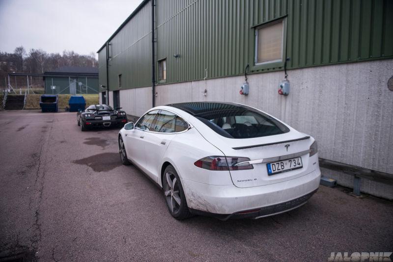 Chiếc Tesla Model S của Christian đỗ đằng sau siêu xe CCXR ở bên ngoài nhà máy Koenigsegg.