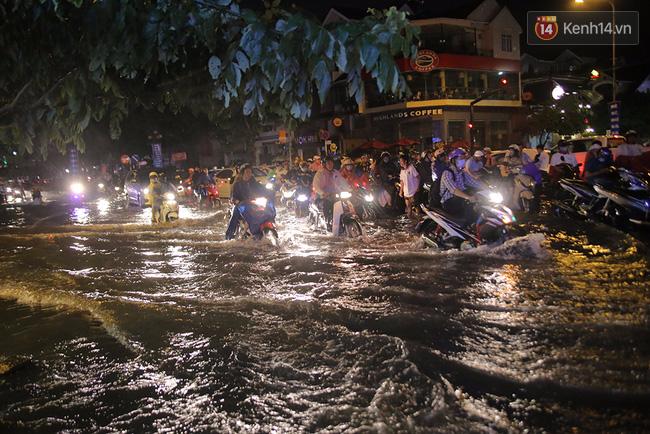 Chiều tối 26/8, trận mưa lớn trên diện rộng khắp các quận, huyện TP HCM trùng đúng lúc giờ tan ca ở các cơ quan khiến nhiều tuyến đường ngập nặng, kẹt xe kéo dài. Ảnh: Quỳnh Trân