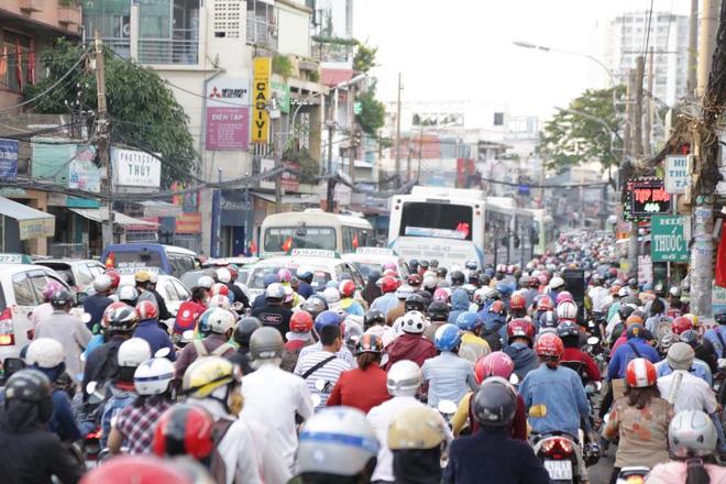 Hàng nghìn phương tiện nhích từng chút một để di chuyển ra hướng ngã tư Bình Phước (quận Thủ Đức).