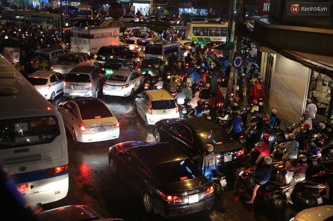 Giao thông ùn tắc tại đường Hoàng Văn Thụ - quận Tân Bình. Ảnh:MX