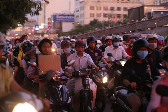 Lúc 18h trên đường Cộng Hòa, đoạn dưới chân cầu vượt Hoàng Hoa Thám (quận Tân Bình), hàng nghìn phương tiện nhích từng chút một.