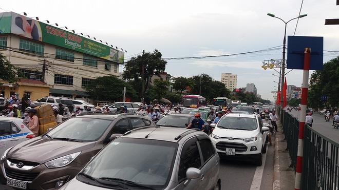 Tại đường Giải Phóng đã tắc dài nhiều cây số hướng về phía bến xe phía Nam do mật độ người dân đổ về quê rất đông.
