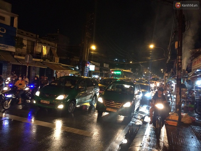 Tuyến đường Nguyễn Kiệm hướng về Gò Vấp, người dân phải nhích từng chút một. Ảnh: Tứ Quý
