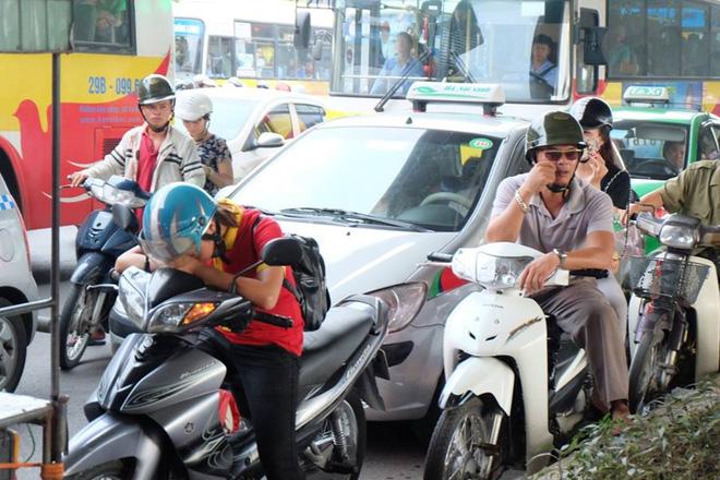 Một cô gái ngủ gục trên đường Phạm Hùng vì tắc đường.