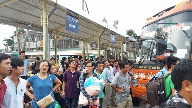 Tất cả tuyến xe bị kiểm soát chặt ngay từ trong bến ở Hà Nội. Nhân viên kiểm soát bến xe Giáp bát cho hay bất cứ xe nào chở quá người theo quy định đều phải hạ tải. Nếu cố tình vi phạm sẽ bị phạt nặng hoặc đình tài.