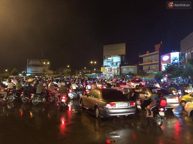 Tại vòng xoay Phạm Văn Đồng - Nguyễn Thái Sơn tắc nghẽn kinh hoàng. Ảnh: Tứ Quý