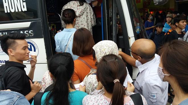 Anh Văn Minh - quê Nam Định cho hay: Chúng tôi vô cùng mệt mỏi do chờ đợi dưới thời tiết oi bức mà chưa có xe để lên, tôi đợi 2 lượt rồi nhưng các xe đều đủ chỗ do họ đặt vé trước.