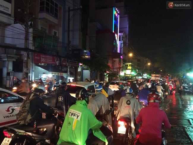 Đường Phổ Quang (quận Tân Bình) hướng ra sân bay Tân Sơn Nhất ùn tắc nghiêm trọng. Ảnh: Tứ Quý