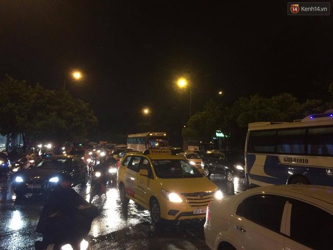 Đường Phan Đình Giót nối với đường Trường Sơn về hướng sân bay cũng bị ách tắc nghiêm trọng. Ảnh: Tứ Quý