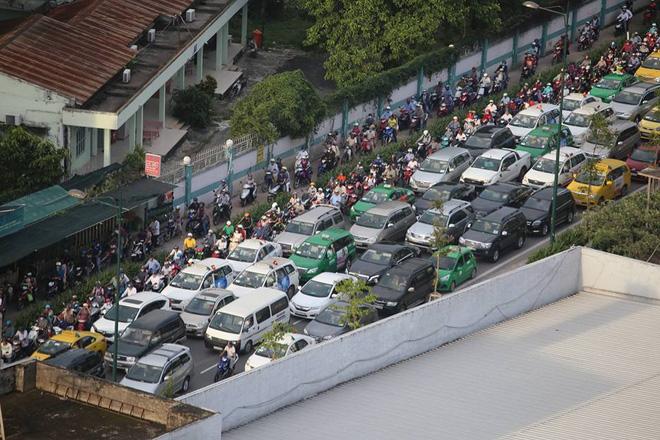 Hình ảnh trên đường Trường Sơn, đoạn dẫn vào cổng chính sân bay Tân Sơn Nhất lúc 17h cùng ngày. Các phương tiện giao thông đông đúc nhưng do có CSGT điều tiết nên ko xảy ra cảnh kẹt xe kéo dài.