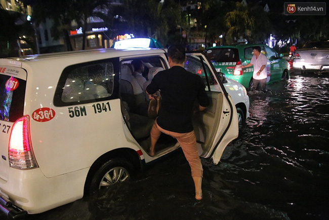 Gọi taxi cũng phải lội bộ ra xe. Ảnh: Quỳnh Trân