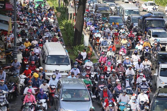 Tuy nhiên cách đó khoảng 1km, trên đường Phan Thúc Duyện hướng từ sân bay về trung tâm thành phố, các phương tiện di chuyển rất chậm.