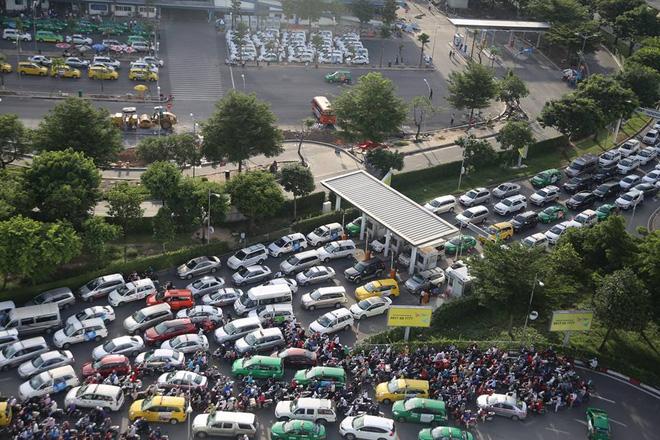 Trên đường Bạch Đằng mới được thông xe, lúc 17h các phương tiện xếp hàng dài chạy về sân bay.