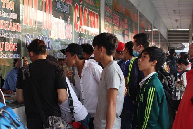 Anh Phạm Văn Hùng (32 tuổi, ngụ An Giang) cho biết, anh xin nghỉ làm từ lúc 4h30 và tức tốc chạy ra bến mua vé về quê. Tuy nhiên, hầu hết các nhà xe về quê anh Hùng đã bán hết vé hoặc có người đặt trước. Chưa mua được vé đã khổ, nhưng mua được rồi cũng phải ngồi chờ cả tiếng đồng hồ xe mới xuất bến. Việc chờ đợi quá lâu khiến nhiều hành khách, đặc biệt là người già và trẻ con tỏ ra rất mệt mỏi.