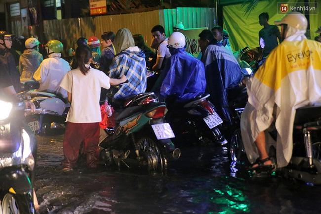 Nhiều người tấp vào lề chờ nước rút. Ảnh: Quỳnh Trân