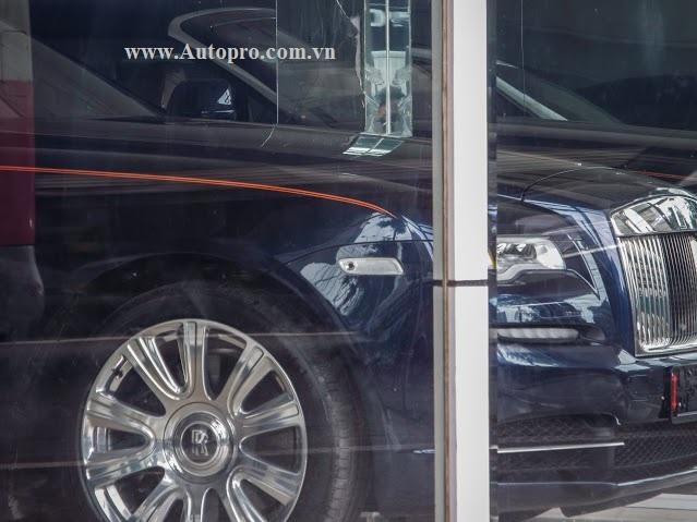 Chiếc Rolls-Royce Dawn này có đường coachline kép màu da cam...
