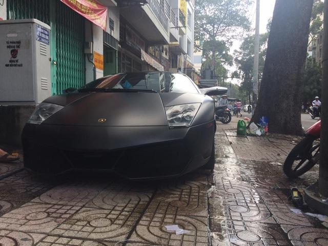 Chiếc Lamborghini Murcielago LP670-4 SV màu đen mờ cũng xuất hiện tại salon ô tô này. Ảnh: Dương Thanh Tùng