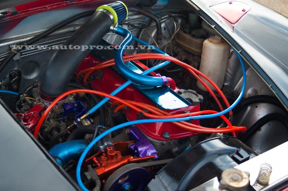 Người thợ Đắk Nông chỉ thay mới dây ống. Trái tim của xe là động cơ 4 xi-lanh, dung tích 1.8 lít, sản sinh công suất tối đa 120 mã lực tại vòng tua máy 5.200 vòng/phút và mô-men xoắn cực đại 182 Nm.