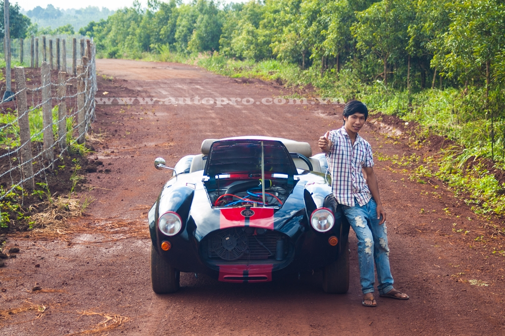 Trần Văn Kim bên cạnh chiếc xe thể thao tự chế Shelby Cobra 427. Hiện Văn Kim đang là tài xế xe tải và mong muốn tạo ra nhiều bản độ cá tính hơn nữa.