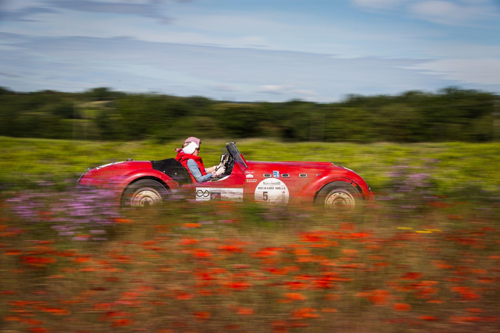 Phong cảnh nước Pháp như một bức tranh để các cô nàng mặc sức vẫy vùng cùng chiếc xe của mình.