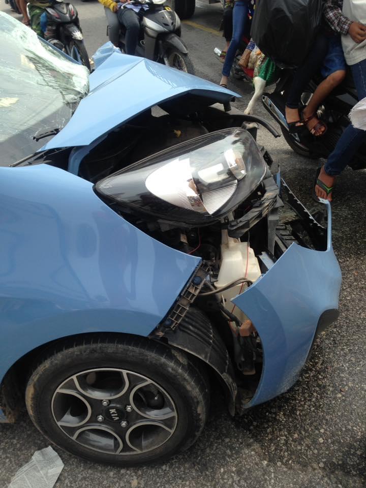 Chiếc Kia Morning bị hư hỏng nặng đầu xe.