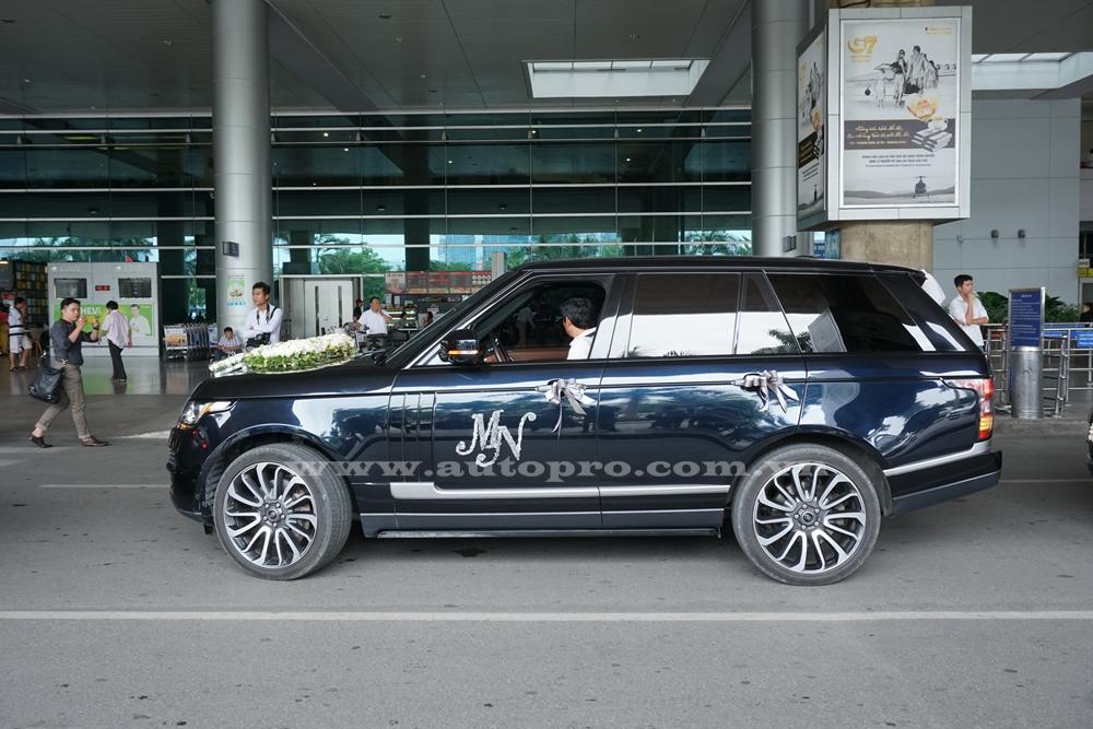 Dẫn đầu đoàn Range Rover ra sân bay đoán vợ 2 của đại gia Phạm Trần Nhật Minh hay còn gọi Minh Nhựa là phiên bản mạnh mẽ Autobiography và chiếc SUV hạng sang này cũng được đích thân tay chơi siêu xe 8X cầm lái để đưa vợ về nhà.