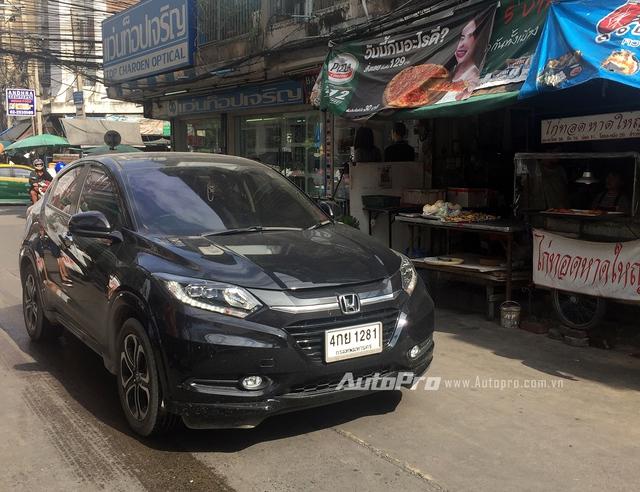 Mẫu xe SUV cỡ nhỏ HR-V cực hot của Honda chưa thấy hẹn ngày xuất hiện tại Việt Nam. Trong khi đó, tại Thái Lan, Honda HR-V đã trở thành mẫu xe quen thuộc trên đường.