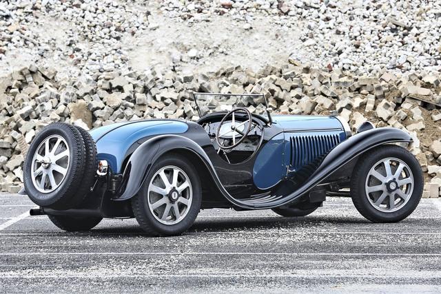 Mở đầu của những chiếc xe nóng bỏng lần này là Bugatti Type 55 Roadster đời 1932 với khối động cơ 8 xi-lanh có công suất tối đa 130 mã lực và hộp số sàn 4 cấp. Đây là chiếc xe đã từng tham gia giải đua  Mille Miglia tại Ý hồi năm 1932 và được phục chế lại vào năm 2013. Chiếc xe này được dự đoán sẽ mang về từ 10 - 14 triệu đô.