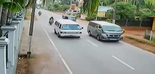 Biker và xe khách chạy lấn sang làn đường ngược chiều. Ảnh cắt từ video