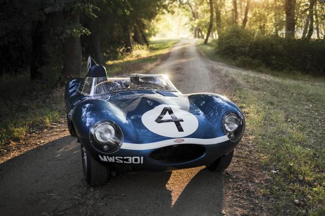 Jaguar D-Type  đời 1955 có thiết kế đậm chất xe đua của những năm 1950 với động cơ 6 xi-lanh thẳng hàng, hộp số sàn 4 cấp và công suất tối đa 250 mã lực. Chiếc xe được dự đoán sẽ đem về hơn 20 triệu USD.