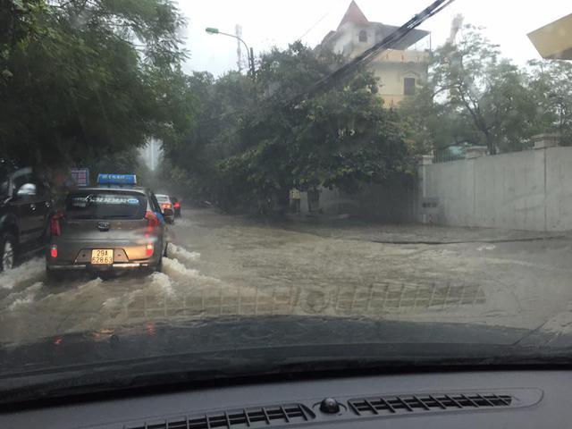 Người dân thủ đô lại ca bài: Hà Nội mùa này, phố cũng như sông.