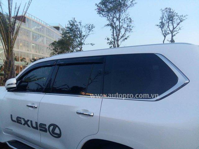 Lexus LX570 2016 sở hữu động cơ V8, dung tích 5,7 lít, sản sinh công suất cực đại 367 mã lực và mô-men xoắn cực đại 530 Nm. Hộp số tự động 8 cấp mới thay cho loại 6 cấp, nhờ đó, Lexus LX570 thế hệ mới chỉ tiêu thụ lượng nhiên liệu trung bình 6,5 km/lít, tương đương 15,4 lít/100 km.