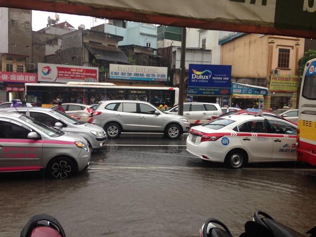 Cây đổ làm đường Phạm Văn Đồng bị ùn tắc giao thông.