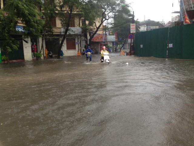 Ngập tại khu vực đầu phố Lê Trọng Tấn. Ảnh: Đại Nguyễn Thế