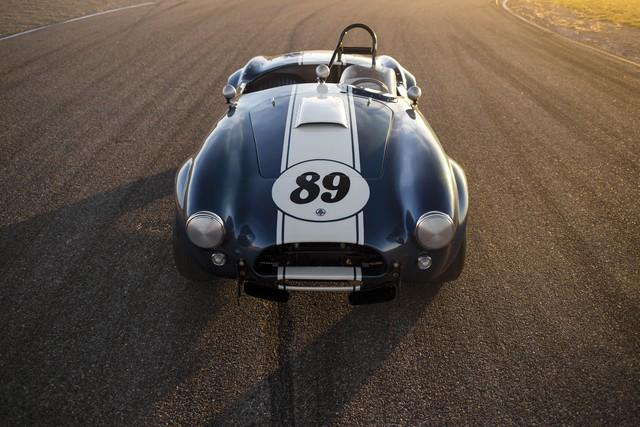 """Shelby 289 """"Competition"""" Cobra CSX 2473 đời 1964 có mức giá ước tính khoảng từ 2,2 - 2,6 triệu USD. Bên dưới nắp capo của chiếc xe là khối động cơ 8 xi-lanh, hộp số sàn 4 cấp và công suất lên tới 450 mã lực."""