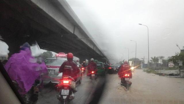 Ngập trên đường Nguyễn Xiển.