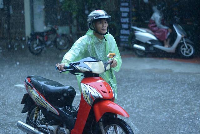 Một chiếc xe có lẽ bị chết máy trong mưa lớn. Ảnh: Đại Nguyễn Thế