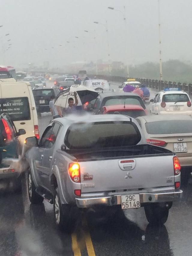 Tai nạn liên hoàn giữa 4 ô tô trên cầu Vĩnh Tuy.