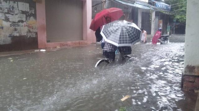 Đường Hoàng Mai thuộc quận Hoàng Mai bị ngập nặng.