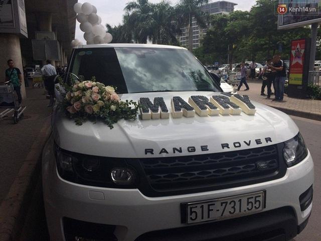 Chiếc Land Rover với dòng chữ Marry trên nắp capô. Ảnh: Kênh 14/Trí Thức Trẻ