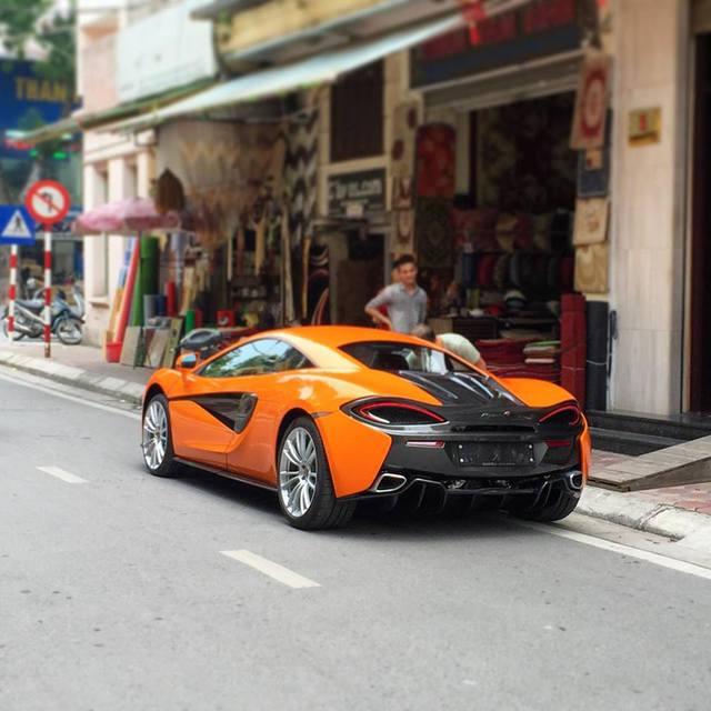 Chiếc McLaren 570S thứ hai tại Việt Nam đỗ trên một con phố của Hà Nội. Ảnh: Lê Hoàng Nam