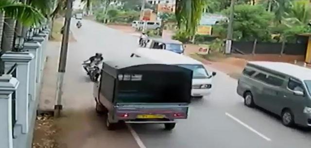Xe tải chạy sát vào lề đường để tránh ô tô khách nhưng lại đối đầu biker đang vượt lên. Ảnh cắt từ video