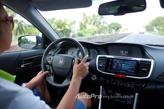 Điều chỉnh chân ga đều đặn, hạn chế phanh, giữ xe hoạt động ổn định tốc độ ở vòng tua thấp là một trong những bí quyết giúp Honda Accord tiêu thụ chỉ 5,6 lít nhiên liệu/100km.