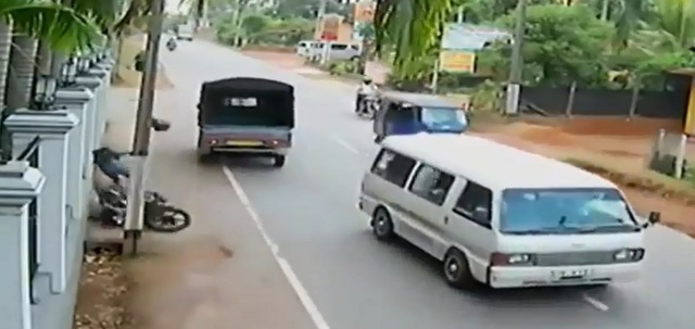 Biker bị hất văng khỏi xe và đập đầu vào tường, tử vong. Ảnh cắt từ video
