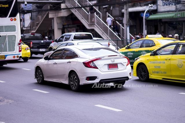 Honda Civic thế hệ mới với thiết kế trẻ trung và thể thao hơn cũng chỉ có thể ra mắt khách hàng trong nước sớm nhất vào tháng 10 tới đây tại triển lãm Ô tô Việt Nam 2016 (VMS).